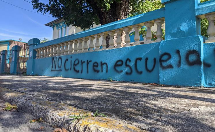 "This image is of  Graffiti from the Segundo Ruíz Belvis school of San Juan. ""Don't close schools."""