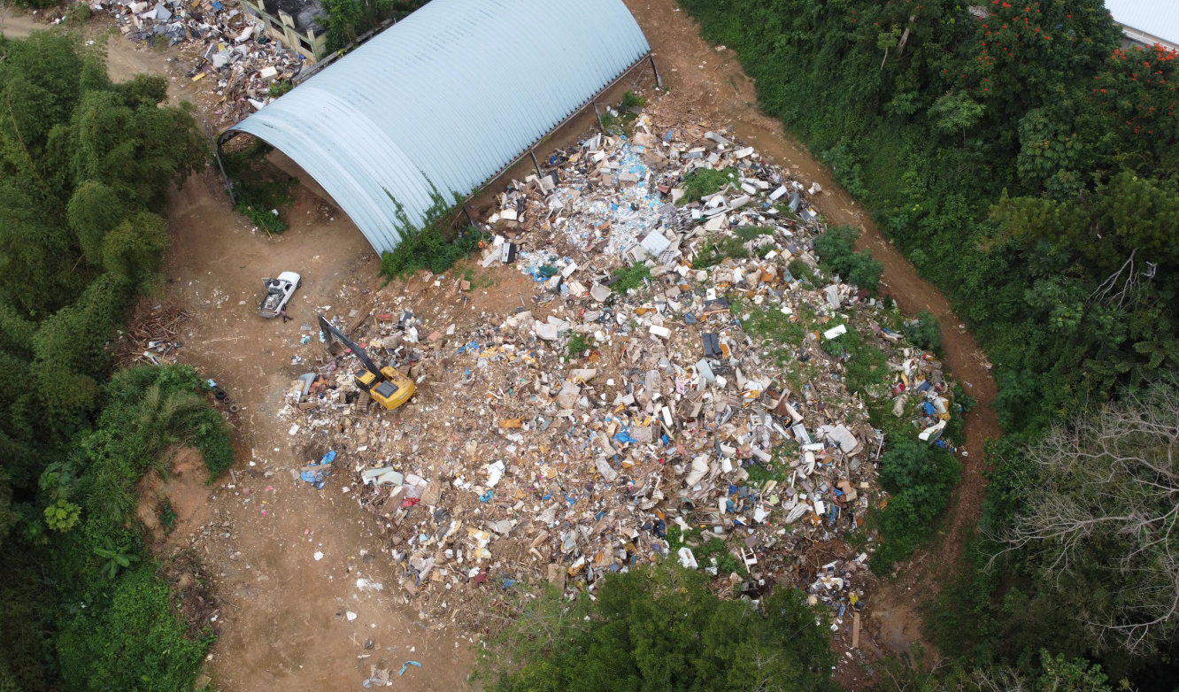 The Josefa Pastrana school in Aguas Buenas is now being utilized as a makeshift dumping site for garbage and construction debris. The site borders a ravine and neighbors a densely populated urban center